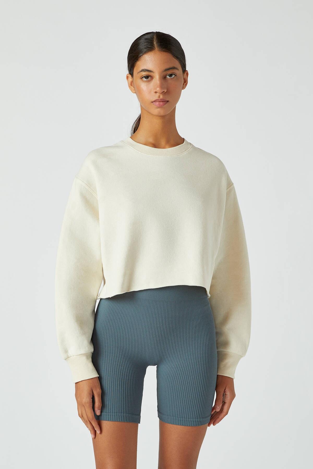 Pull & Bear Kadın Buz Rengi Rahat Crop Fit Sweatshirt 09594315 0