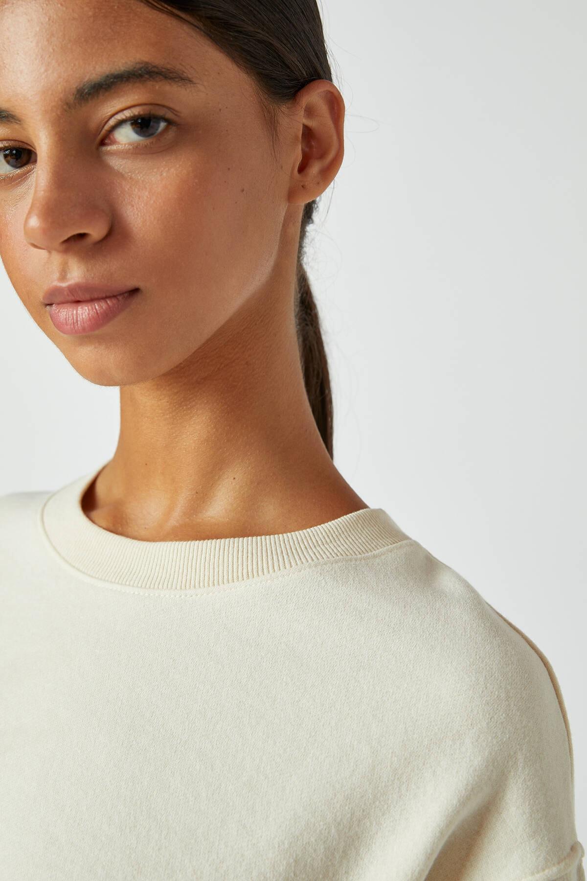 Pull & Bear Kadın Buz Rengi Rahat Crop Fit Sweatshirt 09594315 3