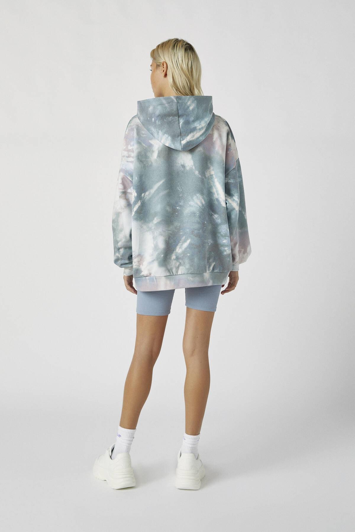 Pull & Bear Kadın Renkli İşlemeli Etiketli Batik Kapüşonlu Sweatshirt 09594320 2