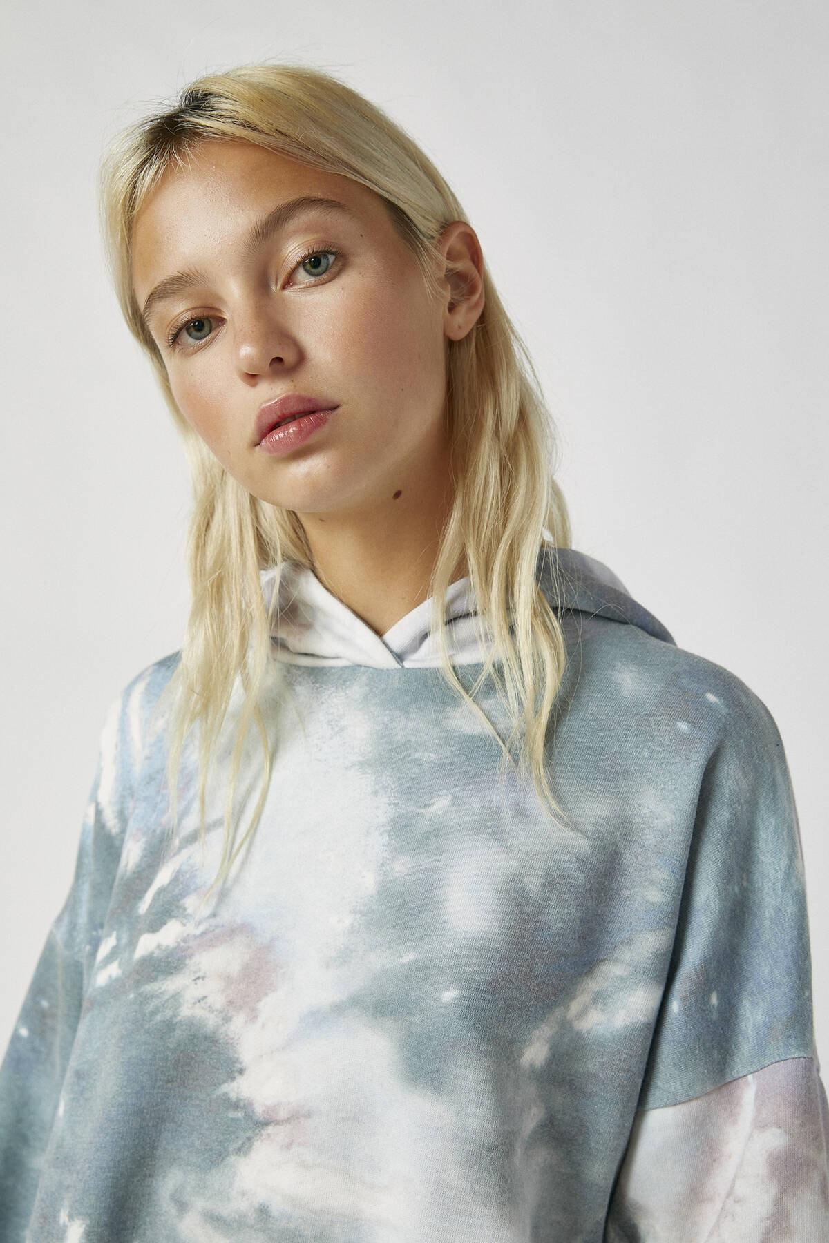 Pull & Bear Kadın Renkli İşlemeli Etiketli Batik Kapüşonlu Sweatshirt 09594320 3