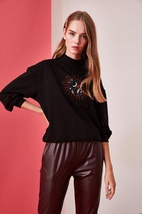 TRENDYOLMİLLA Siyah Dik Yaka Baskılı Basic Örme Sweatshirt TWOAW21SW0342 2
