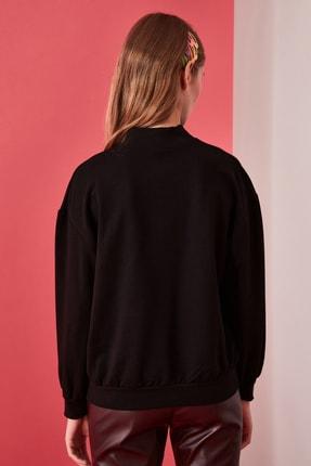 TRENDYOLMİLLA Siyah Dik Yaka Baskılı Basic Örme Sweatshirt TWOAW21SW0342 4