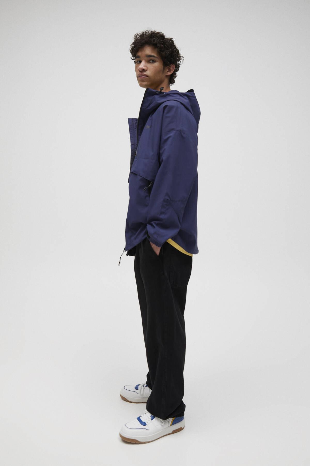 Pull & Bear Erkek Lacivert Kapüşonlu Hafif Yağmurluk 04711547 1