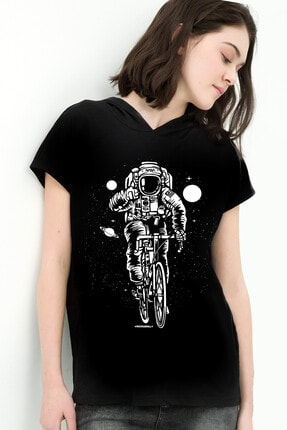 تصویر از Bisikletli Astronot Siyah Kapşonlu Kısa Kollu Kadın T-shirt