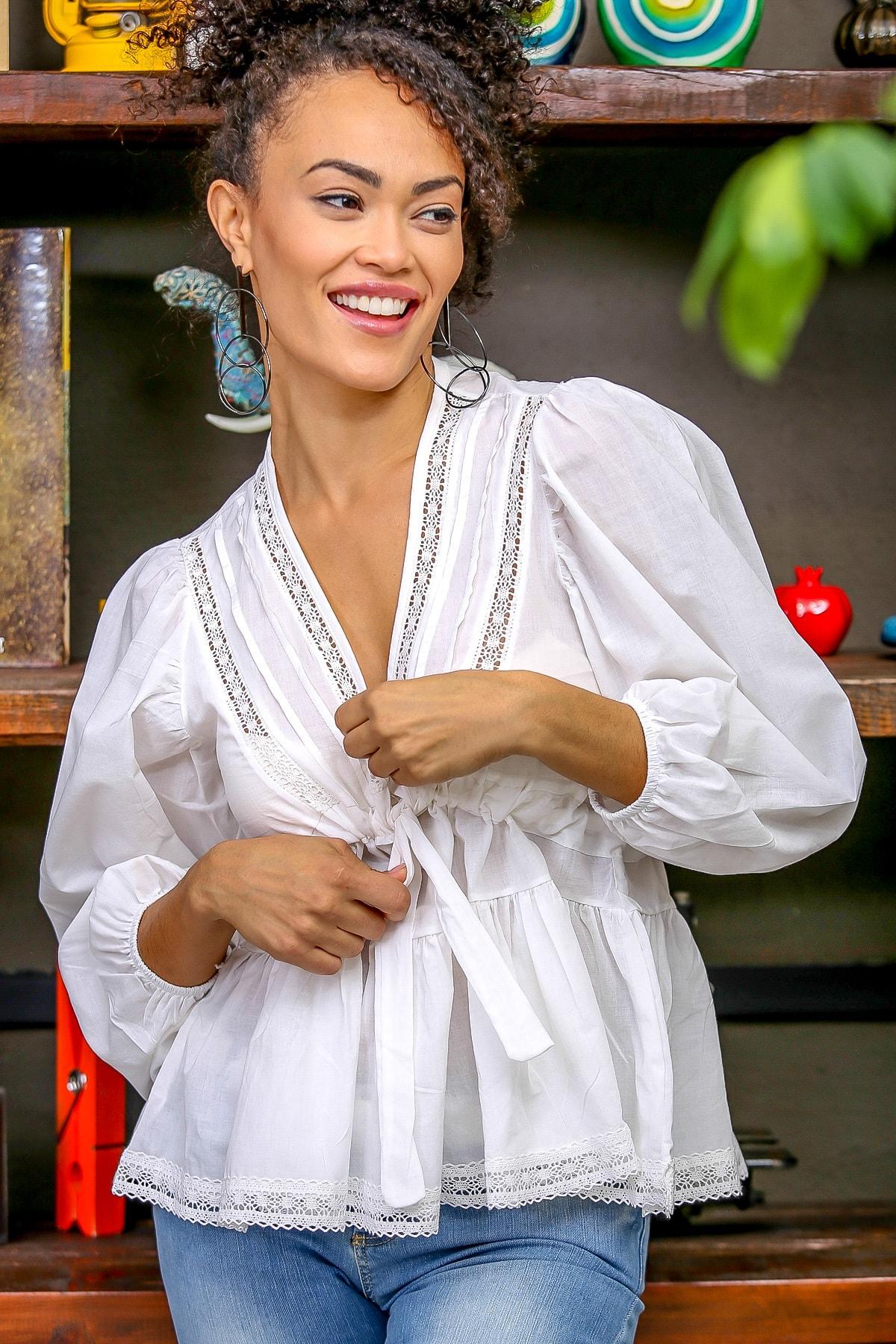 Chiccy Kadın Beyaz Dantel Detaylı V Yaka Bağlamalı Büzgülü Balon Kol Etek Ucu Dantel Bluz M10010200BL96381 2