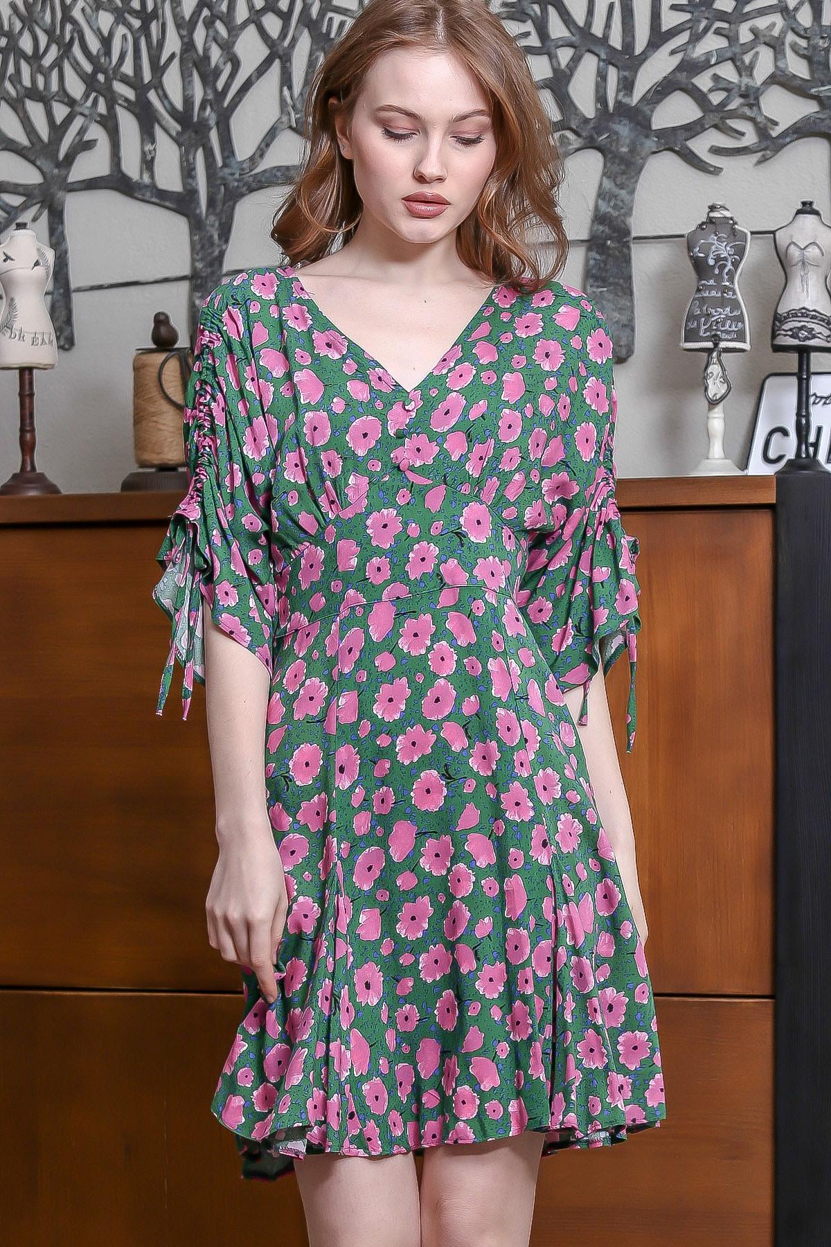 Kadın Yeşil V Yaka Düğme Detaylı Kolları Büzgülü Kloş Gelincik Desenli Elbise M10160000EL95168