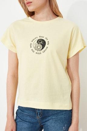 TRENDYOLMİLLA Sarı Baskılı Semifitted Örme T-Shirt TWOSS21TS1721 3