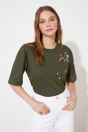 TRENDYOLMİLLA Haki Cebi Nakışlı Basic Örme T-Shirt TWOSS21TS2964 2