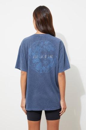 TRENDYOLMİLLA Mavi Yıkamalı ve Varak Baskılı Boyfriend Örme T-Shirt TWOSS21TS0854 4