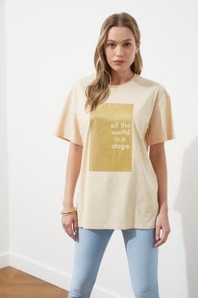 TRENDYOLMİLLA Bej Sim Baskılı Boyfriend Örme T-Shirt TWOSS20TS0419 3