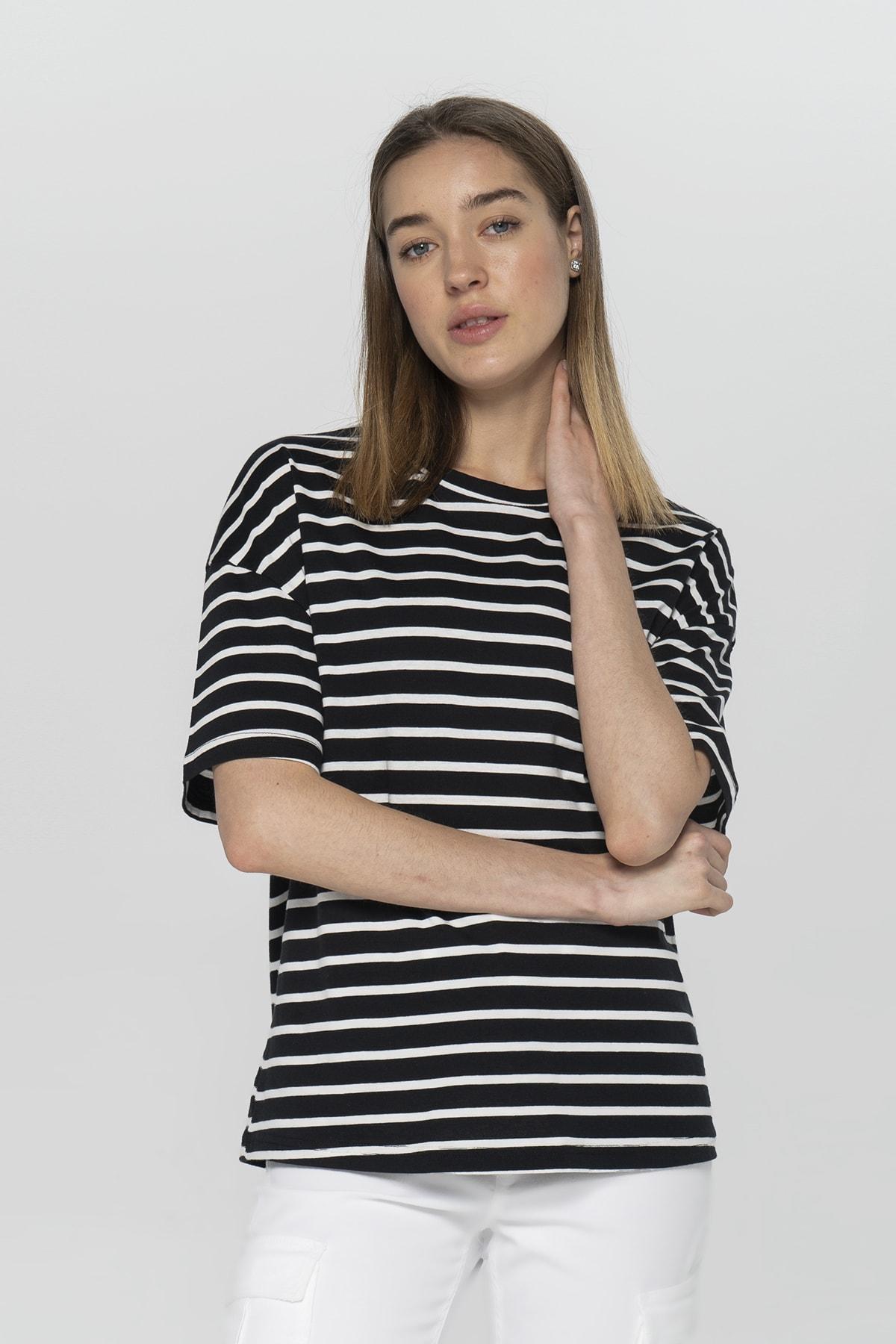 Kadın Siyah-Beyaz İpliği Boyalı Çizgili Bisiklet Yaka Kısa Kol T-Shirt 55793-508