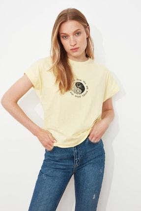 TRENDYOLMİLLA Sarı Baskılı Semifitted Örme T-Shirt TWOSS21TS1721 1