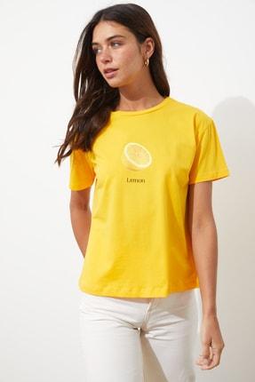 TRENDYOLMİLLA Sarı Baskılı Semi-Fitted Örme T-Shirt TWOSS20TS0314 2