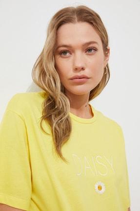 TRENDYOLMİLLA Sarı Nakışlı Boyfriend Örme T-shirt TWOSS19IS0051 1