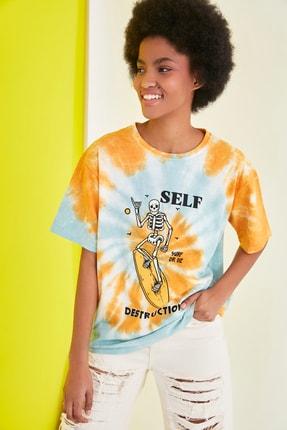 TRENDYOLMİLLA Mavi Baskılı Batik Boyfriend Örme T-Shirt TWOSS21TS1740 3