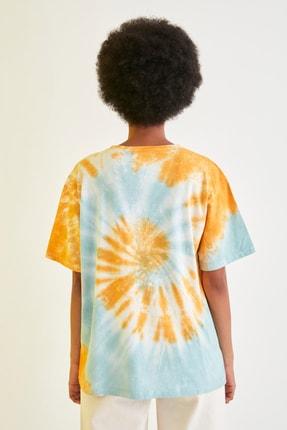 TRENDYOLMİLLA Mavi Baskılı Batik Boyfriend Örme T-Shirt TWOSS21TS1740 4