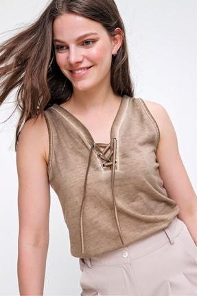 Trend Alaçatı Stili Kadın Bej Kolsuz Kış Gözlü Yıkamalı Bluz MDA-1169 4