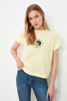 TRENDYOLMİLLA Sarı Baskılı Semifitted Örme T-Shirt TWOSS21TS1721 2