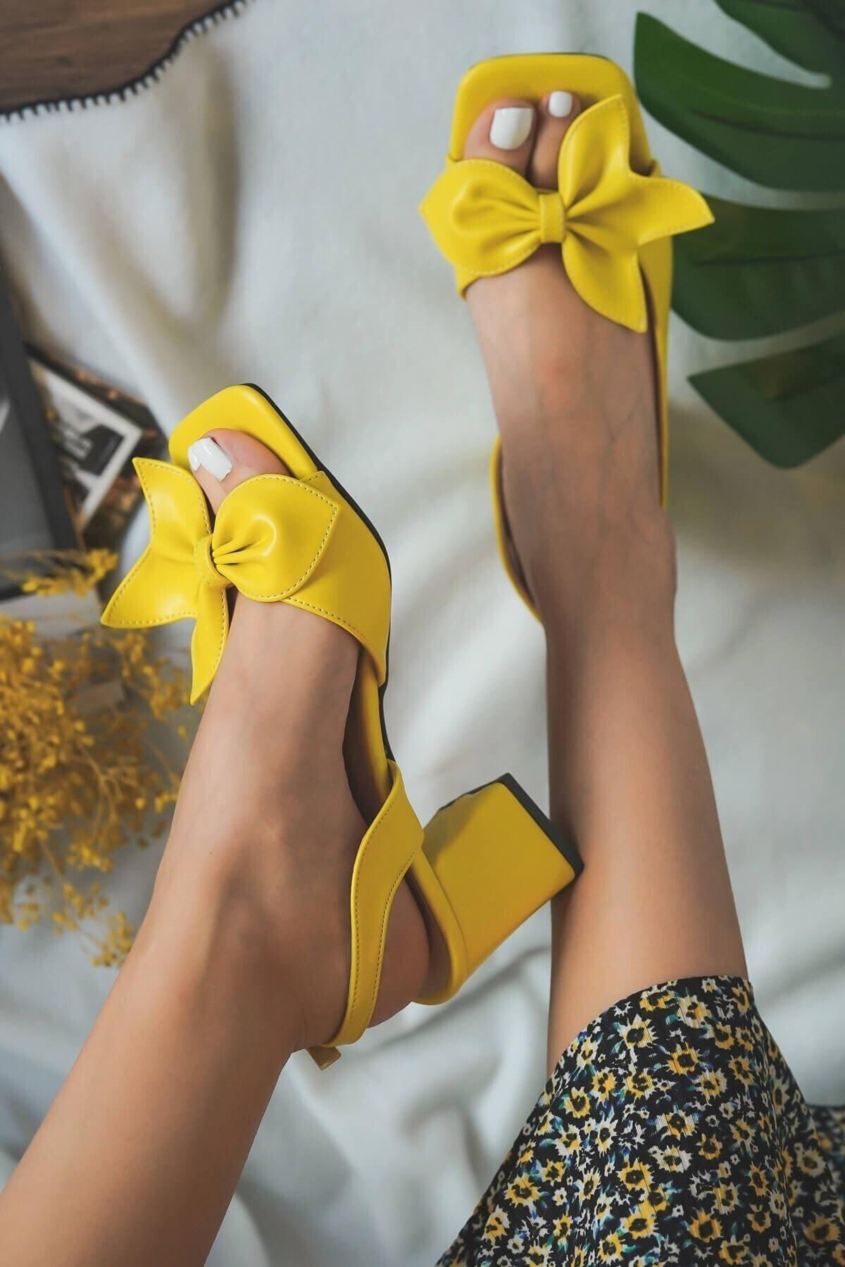 Ribbo Sarı Fiyonklu Topuklu Sandalet