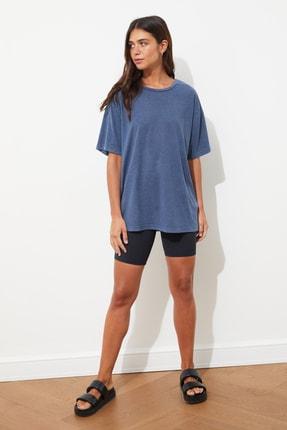 TRENDYOLMİLLA Mavi Yıkamalı ve Varak Baskılı Boyfriend Örme T-Shirt TWOSS21TS0854 1