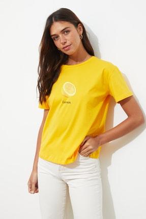 TRENDYOLMİLLA Sarı Baskılı Semi-Fitted Örme T-Shirt TWOSS20TS0314 1