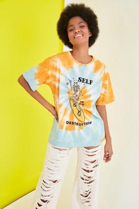 TRENDYOLMİLLA Mavi Baskılı Batik Boyfriend Örme T-Shirt TWOSS21TS1740 2