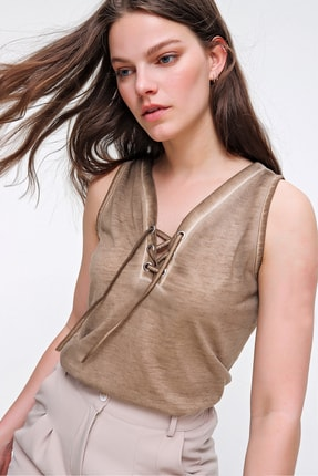 Trend Alaçatı Stili Kadın Bej Kolsuz Kış Gözlü Yıkamalı Bluz MDA-1169 0
