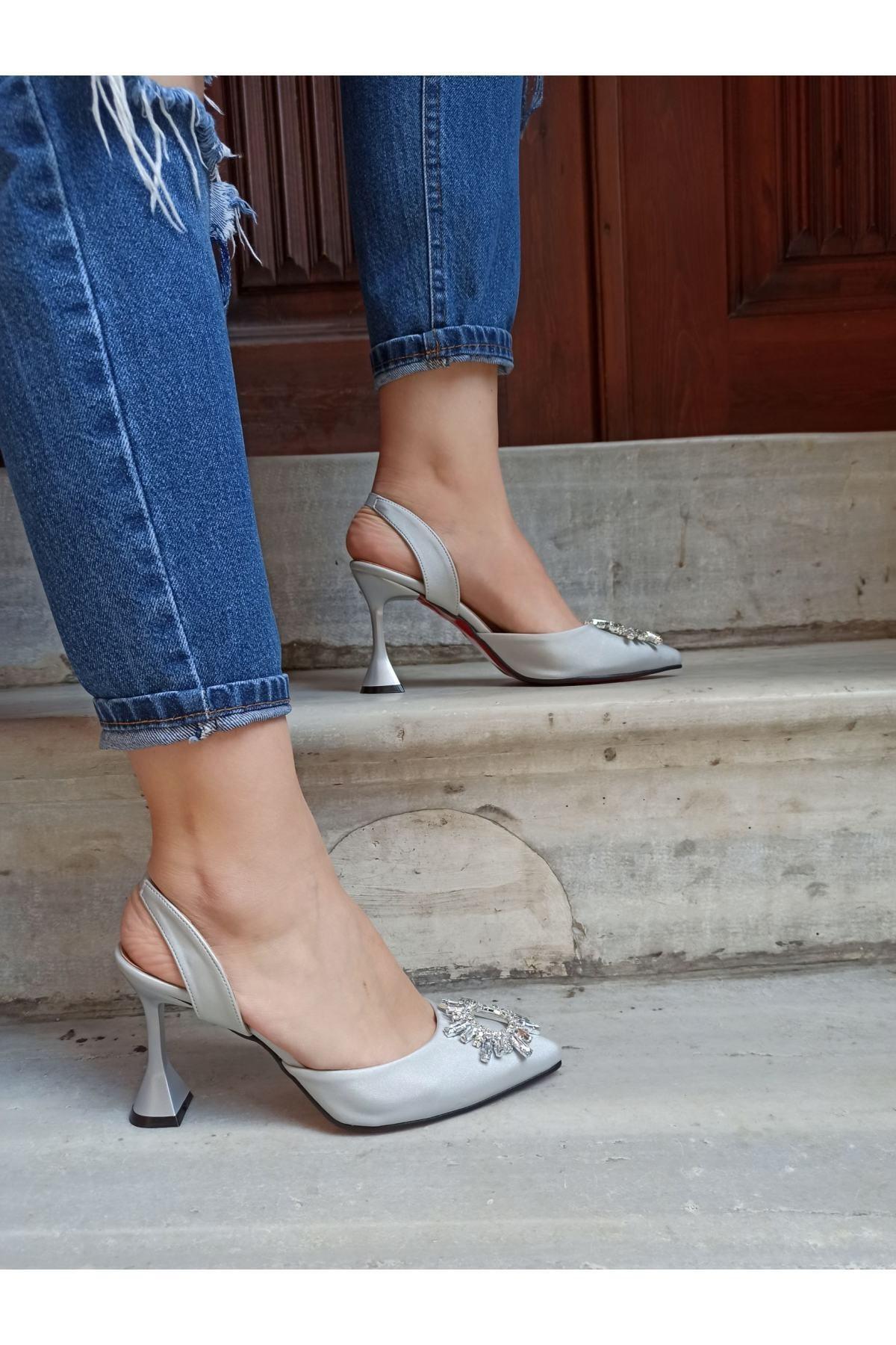 Kadın Gümüş Saten Güneş Taşlı Arkadan Lastikli 9 Cm Topuklu Ayakkabı
