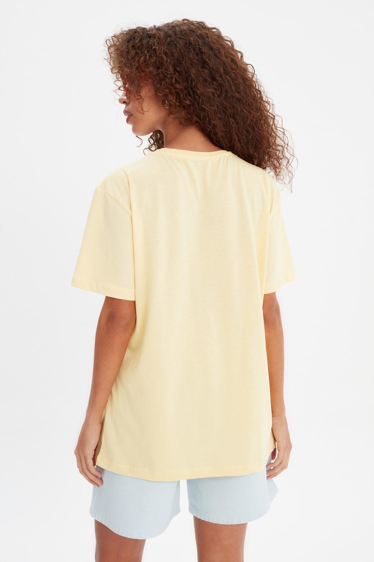 TRENDYOLMİLLA Sarı Baskılı Boyfriend Örme T-Shirt TWOSS21TS3398
