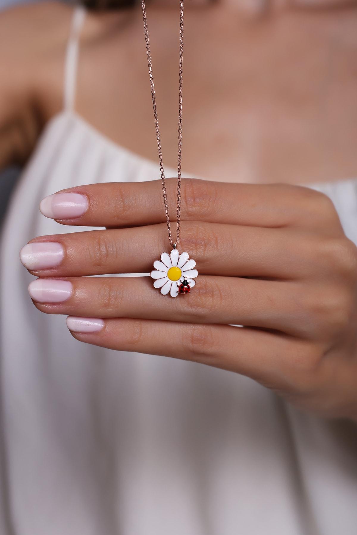 925 Ayar Gümüş Kaplama Rose Gold Uğur Böcek Detaylı Papatya Tasarımlı Kolye