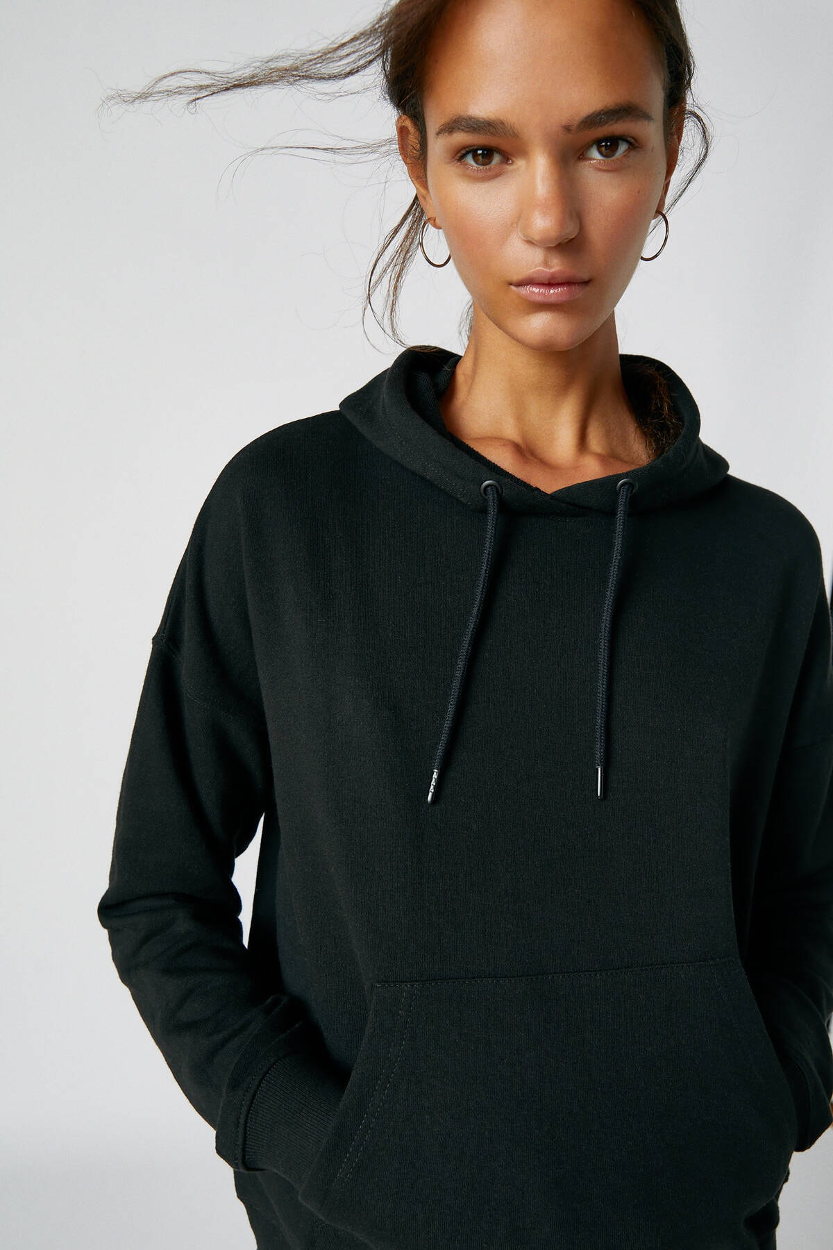 Pull & Bear Kadın Siyah Kanguru Cepli Kapüşonlu Sweatshirt 09594360 3