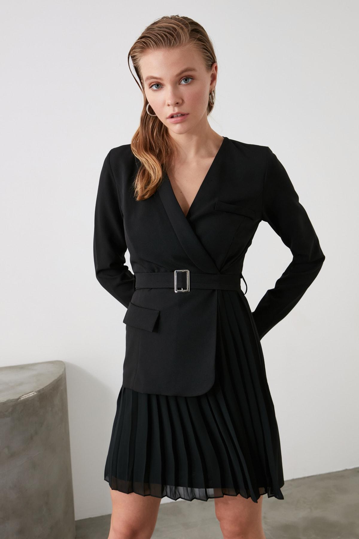 TRENDYOLMİLLA Siyah Kemerli Pilise Detaylı Elbise TWOAW21EL0404