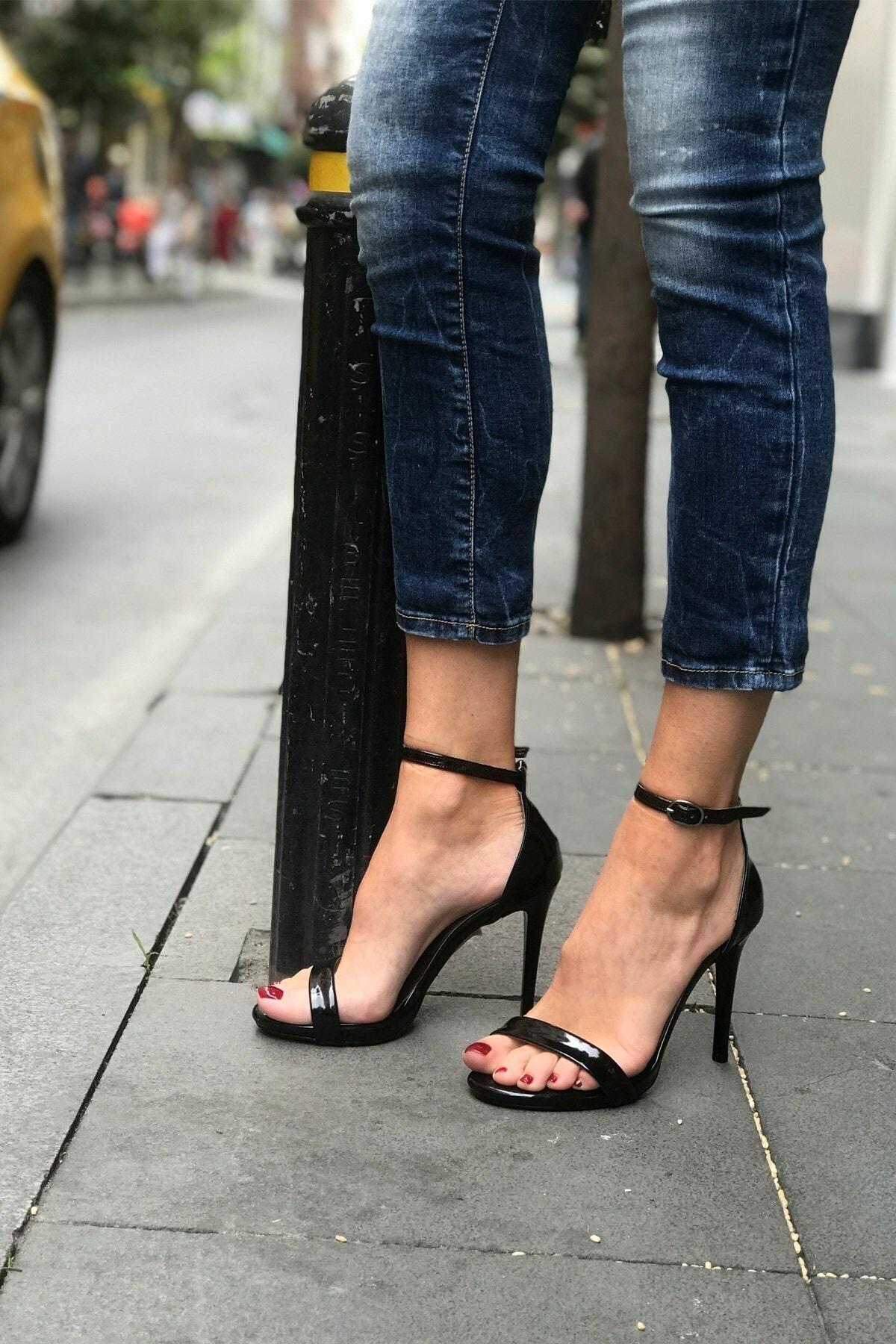 Siyah Rugan Tek Bant Topuklu Sandalet