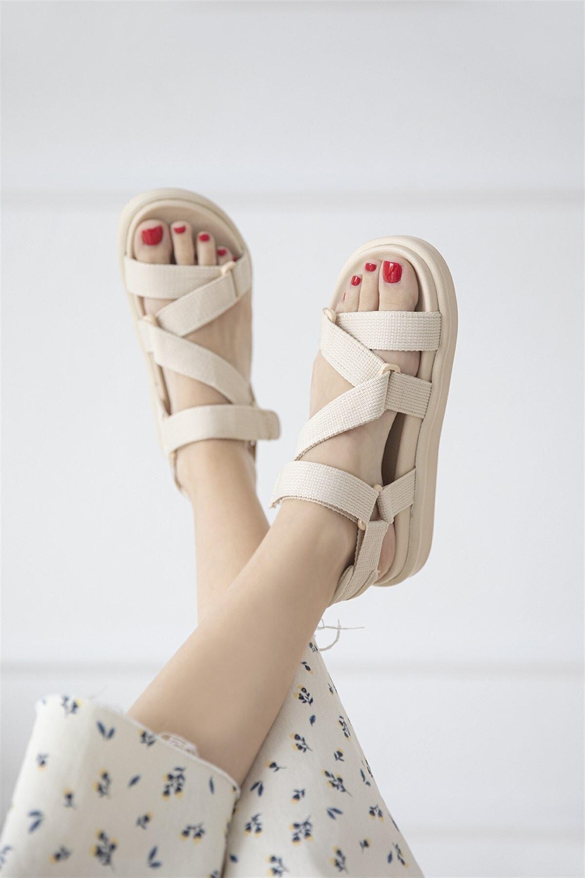 Kadın Bej Cırt Detay Günlük Sandalet