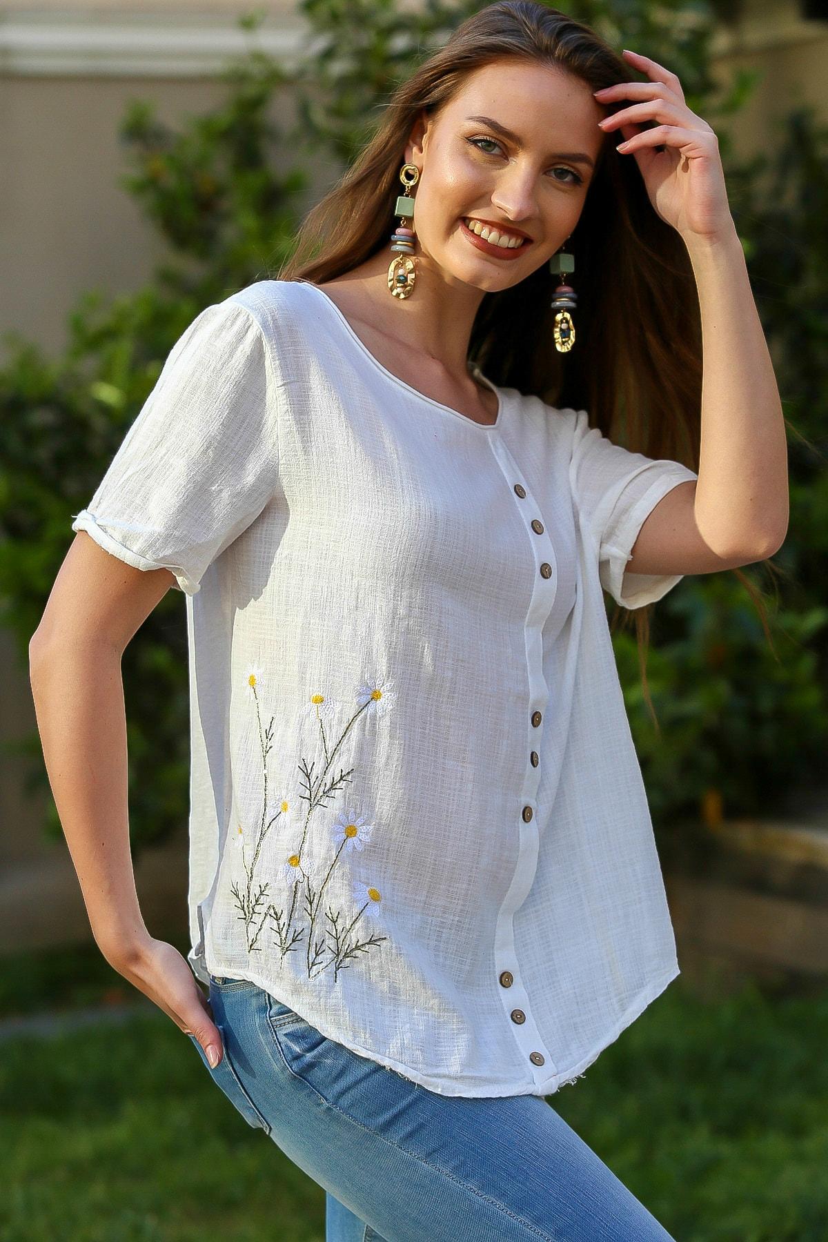 Kadın Beyaz Papatya Pul Nakışlı Düğme Detaylı Salaş Dokuma Bluz M10010200BL95274