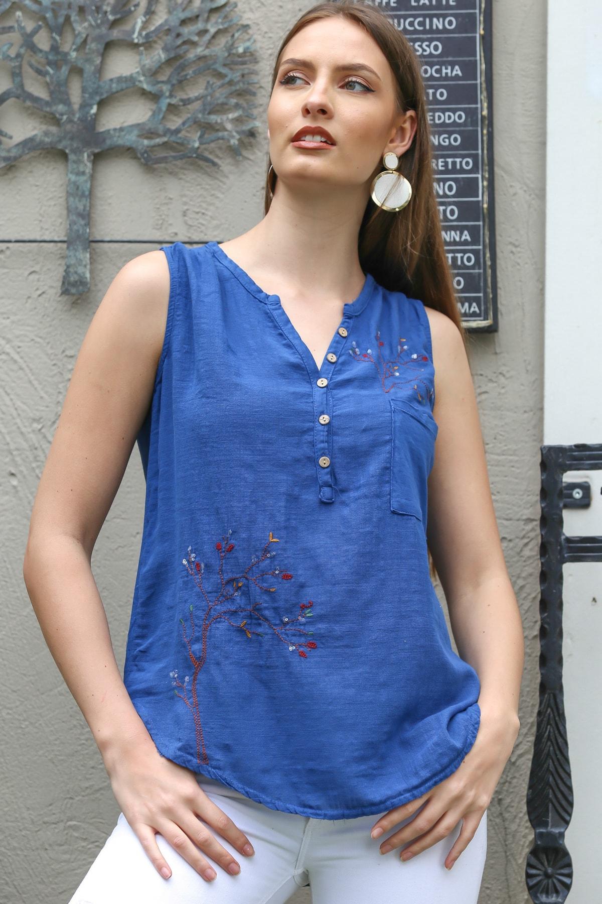 Kadın Mavi Patı Düğme Detaylı Ağaç Nakışlı Kolsuz Dokuma Bluz M10010200BL95303