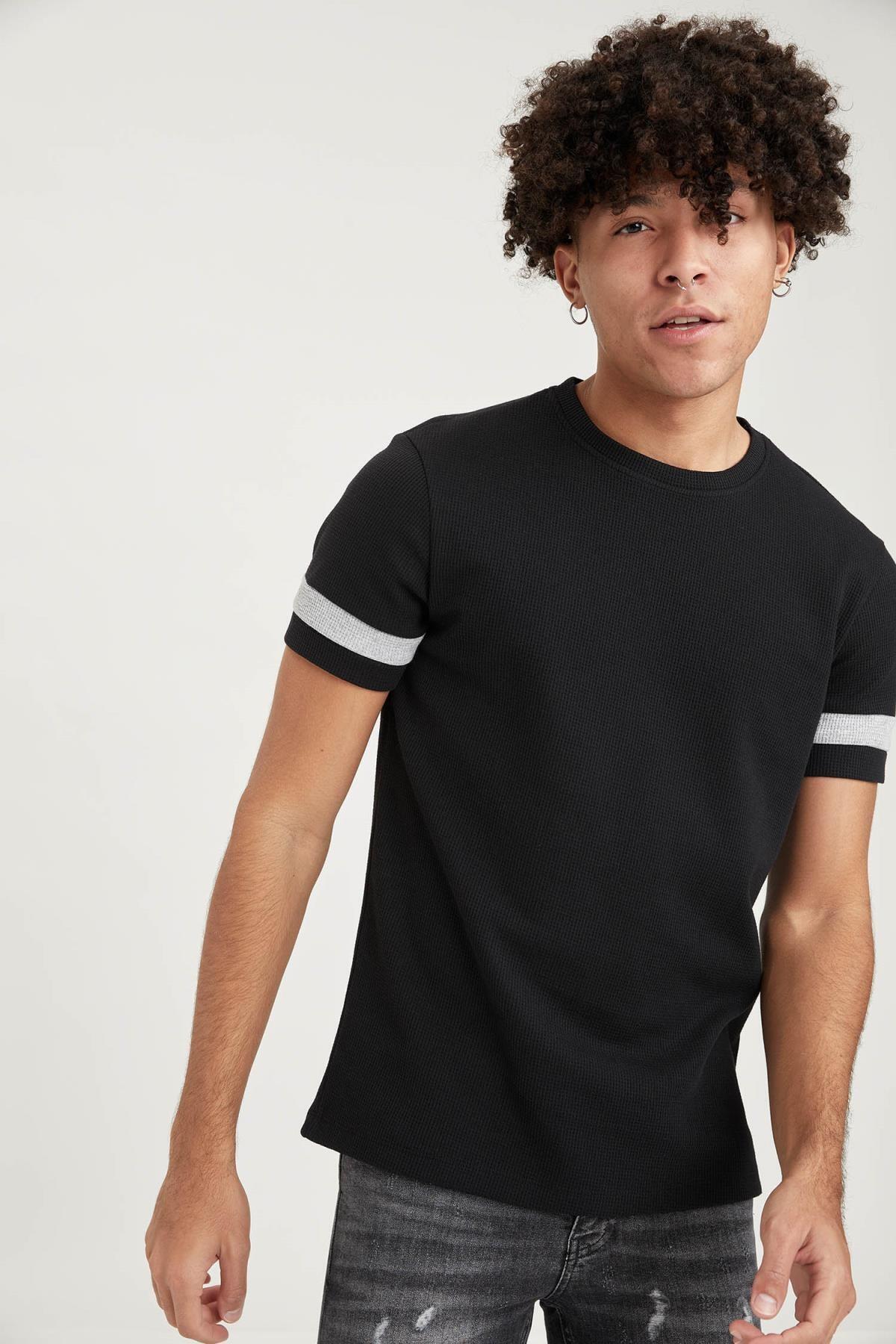 Erkek Siyah Slim Fit Bisiklet Yaka Şerit Detaylı Kısa Kollu  T-Shirt