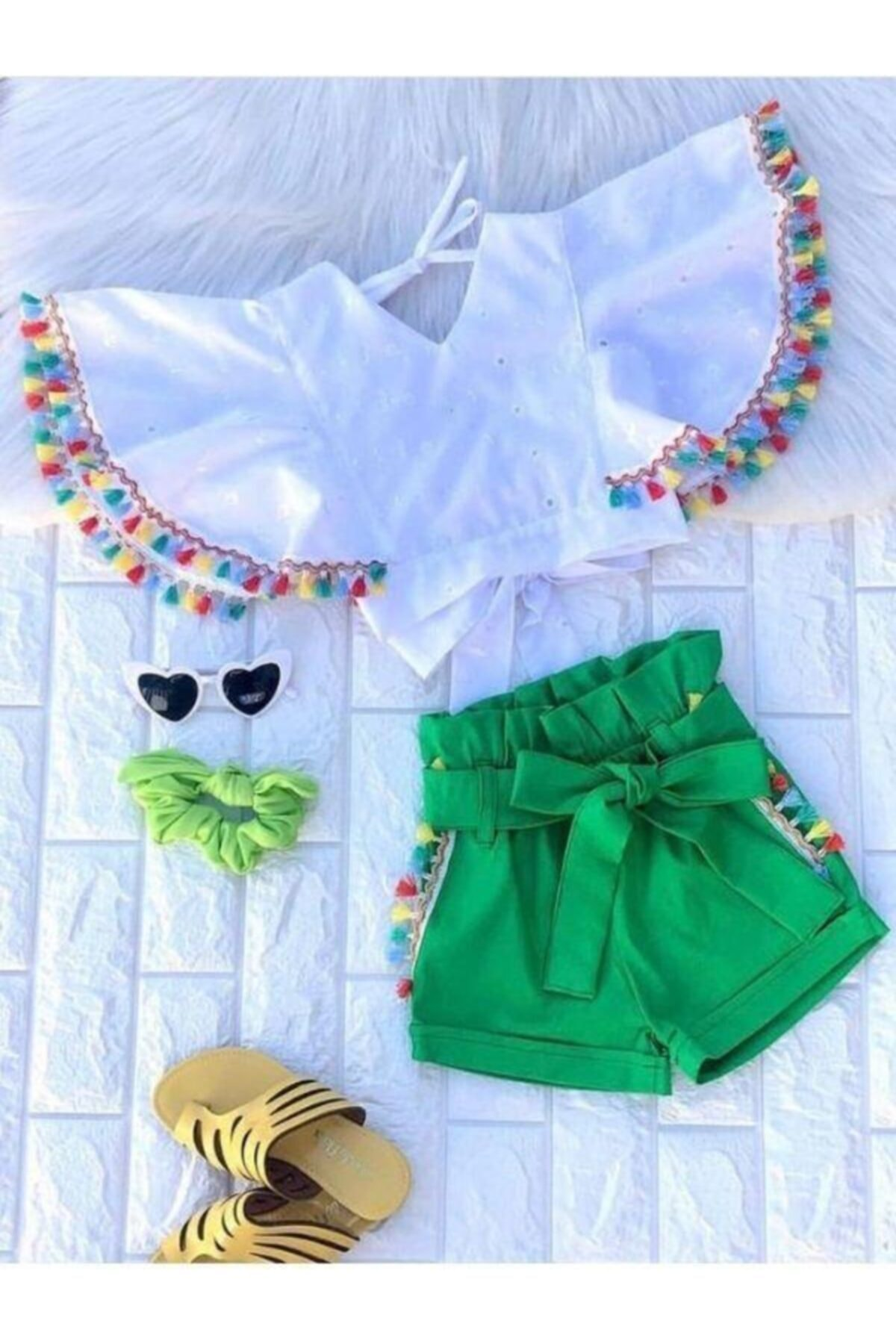 Kız Çocuk Renkli Püskül Detaylı Yeşil Şortlu Takım