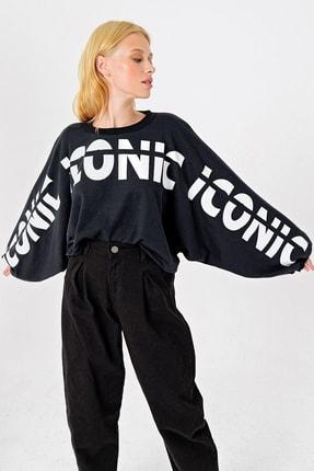 Trend Alaçatı Stili Kadın Siyah Yarasa Kollu Baskılı Tasarım Crop Sweatshırt MDA-1014 1