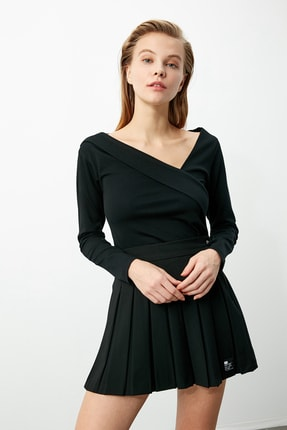 TRENDYOLMİLLA Siyah Yaka Detaylı Örme Bluz TWOAW21BZ0500 0