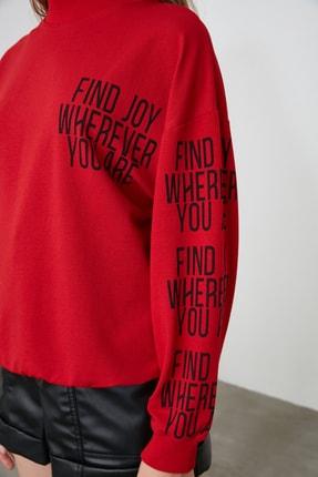 TRENDYOLMİLLA Kırmızı Baskılı Dik Yaka Örme Sweatshirt TWOAW21SW0773 3