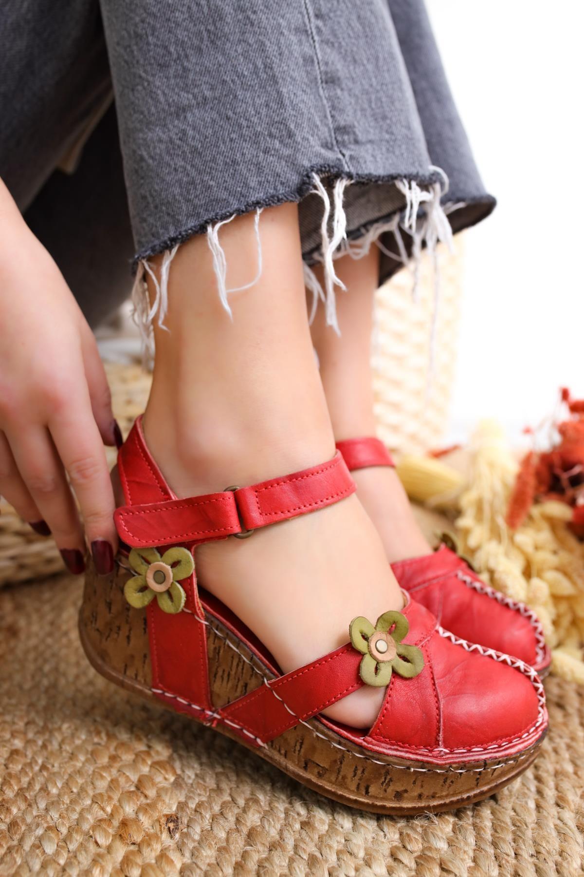 Katlyn Kırmızı Hakiki Deri Çiçek Detaylı Burnu Kapalı Dolgu Topuklu Sandalet