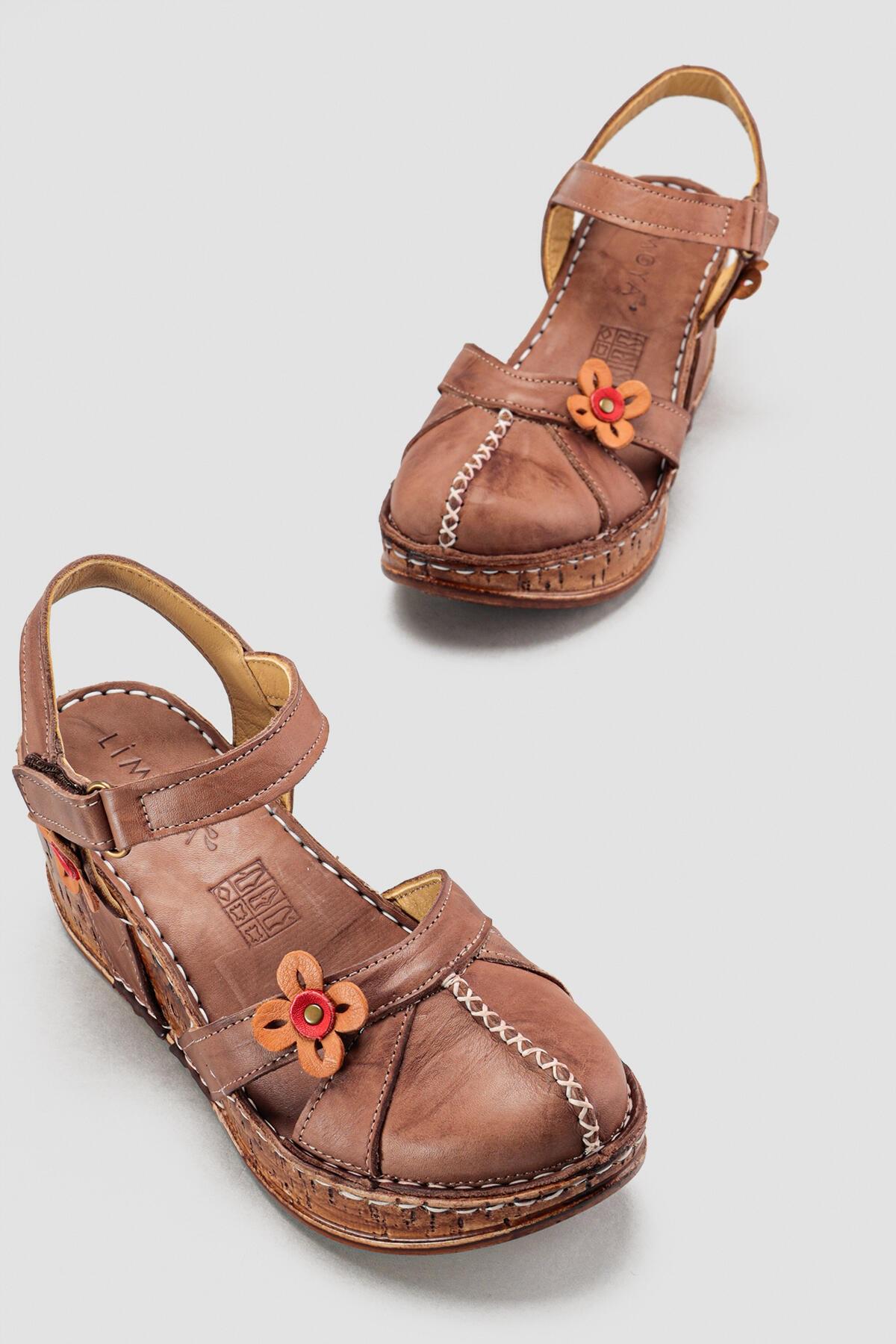 Hakiki Deri Katlyn Toprak Çiçek Detaylı Burnu Kapalı Dolgu Topuklu Sandalet