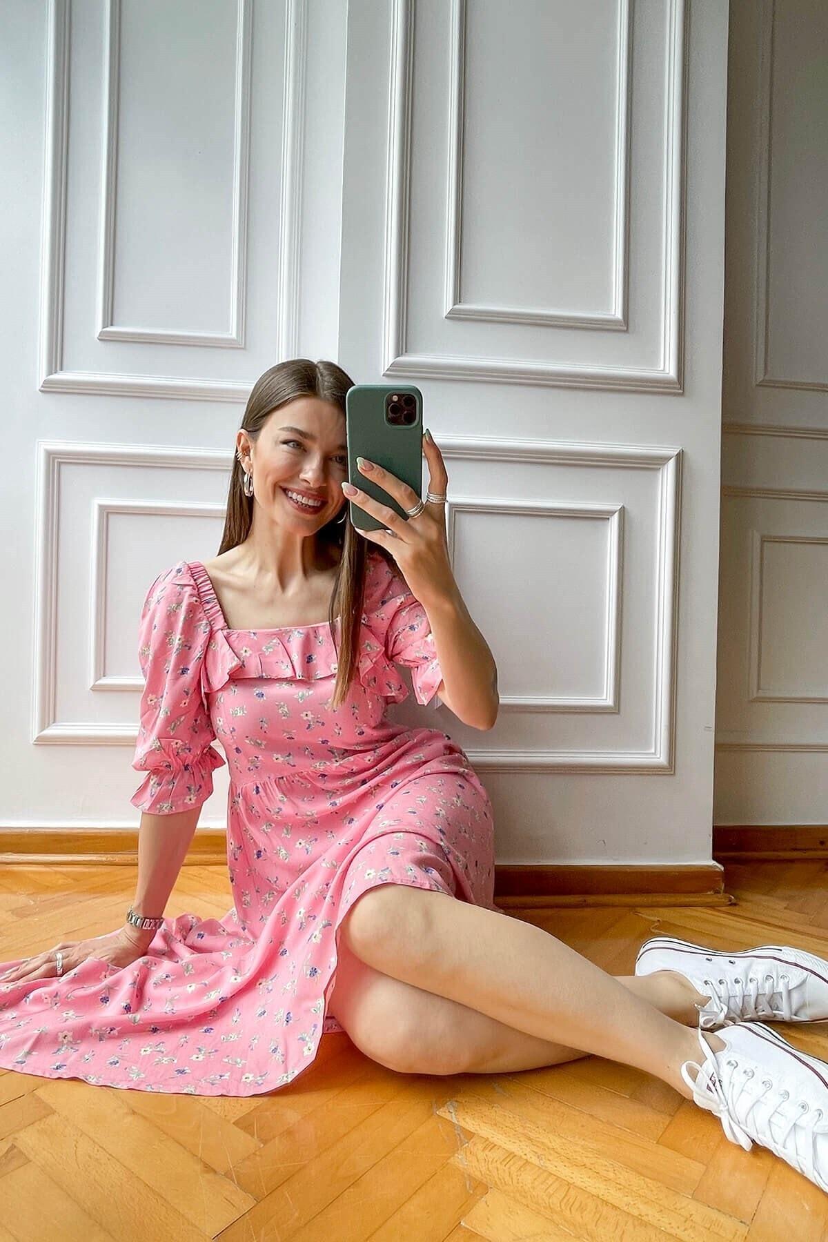 Pembe Çiçekli Sırtı Gipeli Elbise
