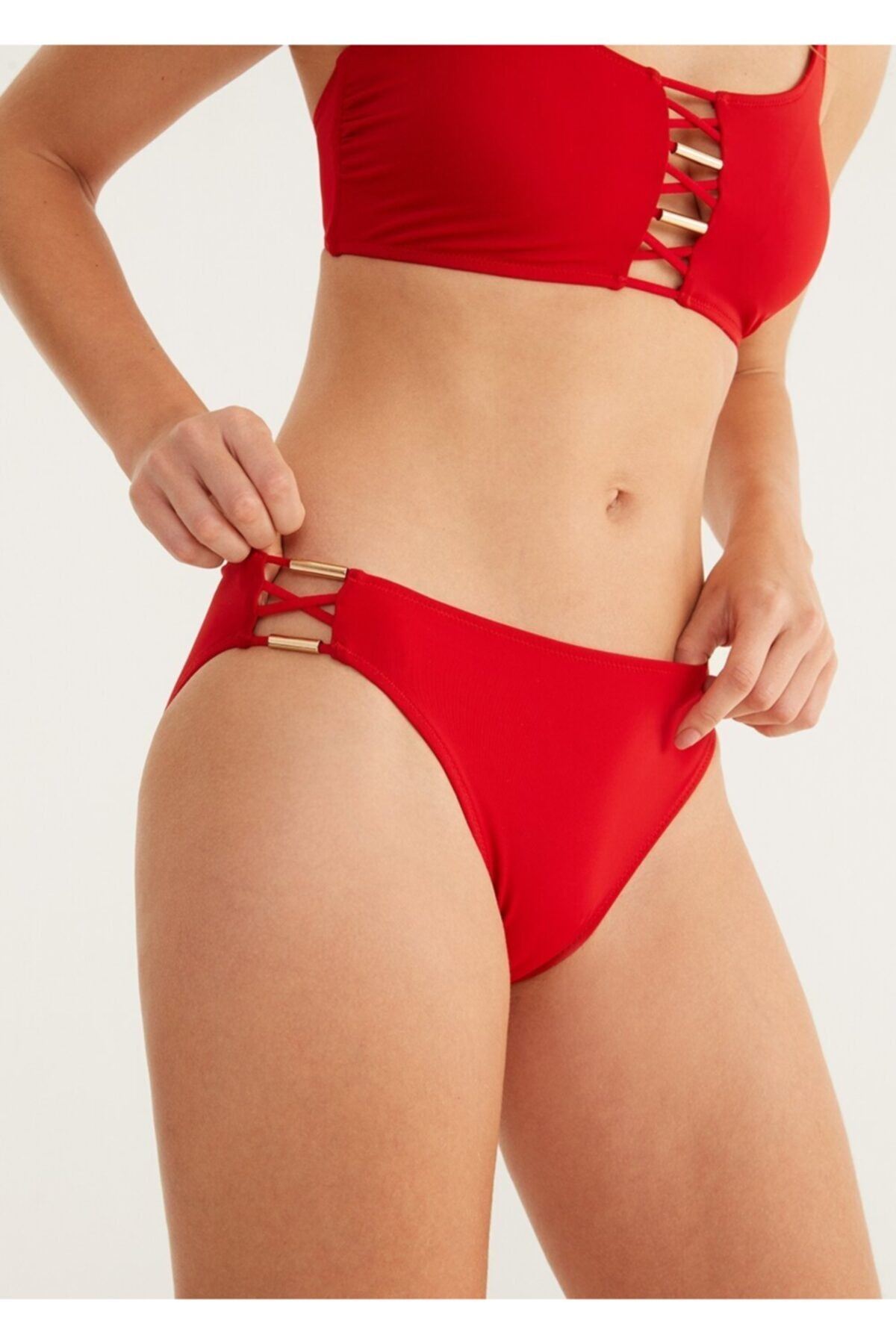 Oval Aksesuarlı Bikini Alt
