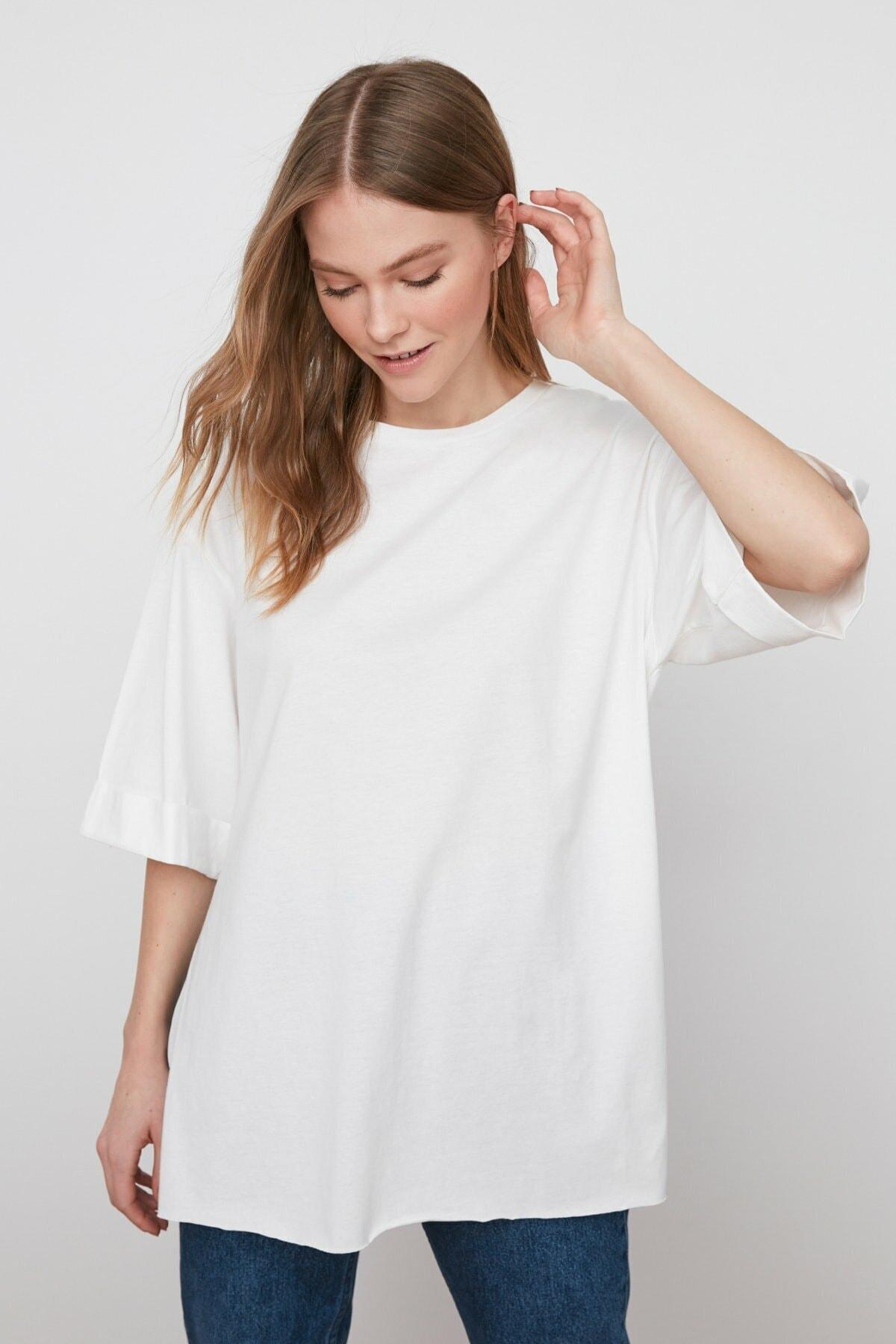 Kadın Beyaz Yandan Yırtmaçlı Oversize Penye T-shirt