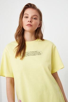 TRENDYOLMİLLA Sarı Baskılı Boyfriend Örme T-Shirt TWOSS21TS2099 2