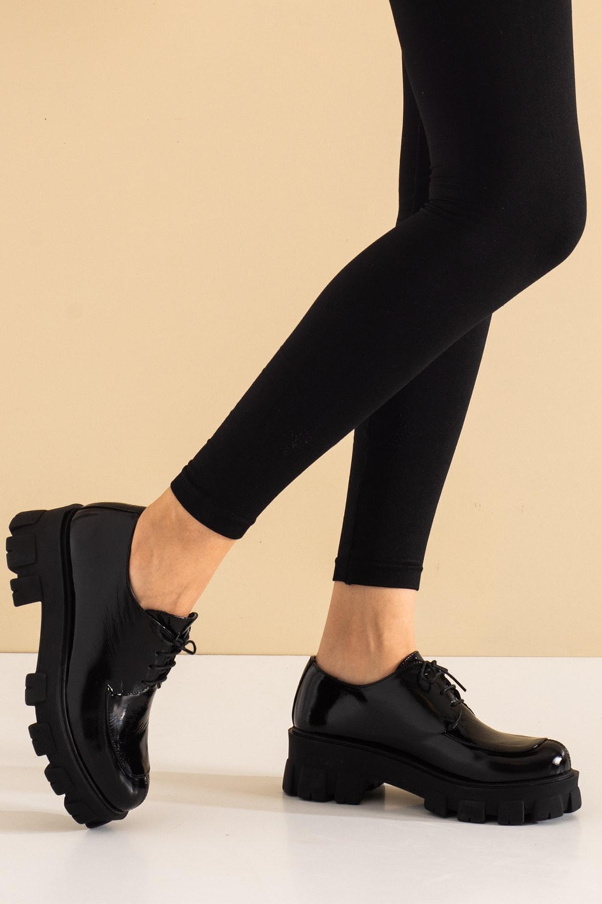 Hakiki Deri Parlak Siyah Kırışık Rugan Kalın Tabanlı Bayan Ayakkabı