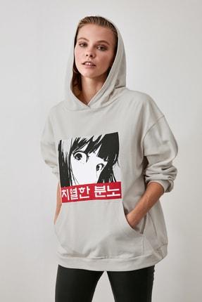 TRENDYOLMİLLA Bej Kapüşonlu ve Baskılı Oversize Örme Sweatshirt TWOAW21SW0188 1