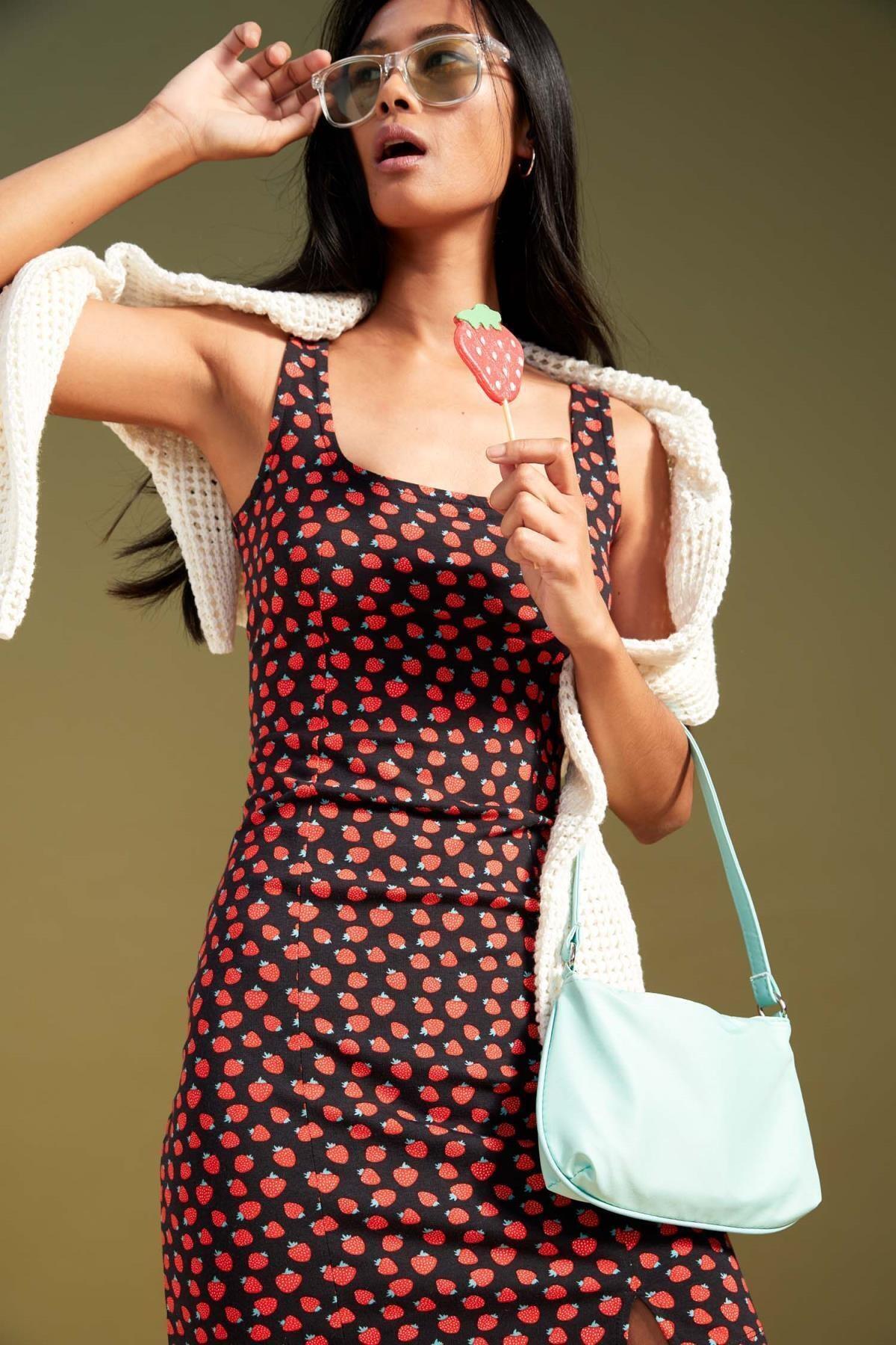Çilek Desenli Kare Yaka Yırtmaçlı Yazlık Mini Elbise